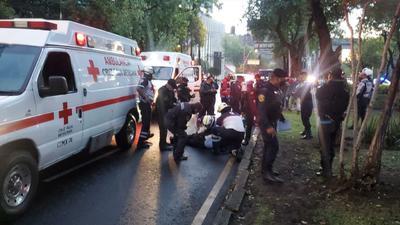 A través de su cuenta de Twitter, el funcionario informó que tiene tres impactos de bala y varias esquirlas.