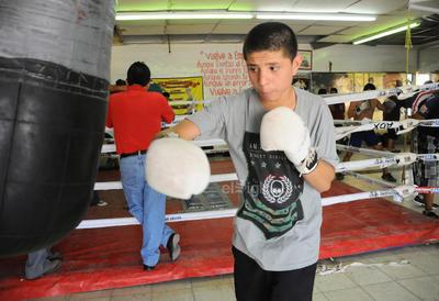 González era una de las mayores promesas que había presentado boxeo Azteca donde fue elogiado por el analista Eduardo Lamazón por sus grandes condiciones técnicas y pegadas en la división de los ligeros.