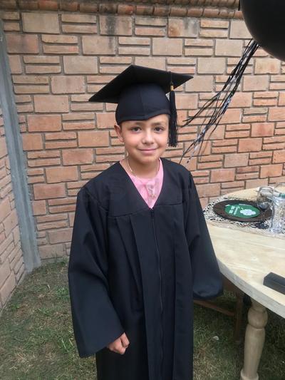 Claudio Bustamante Zamudio, celebró su graduación en casa.