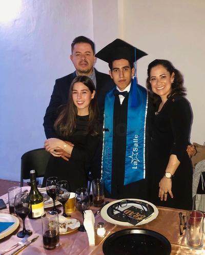 """Con un acto académico que se realizó en línea, Gustavo Aguilar Alvarado, finalizó sus estudios de preparatoria del Colegio Guadiana """"La Salle""""."""