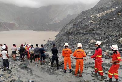 A lo largo del día y bajo una lluvia incesante, los servicios de bomberos, con la ayuda de otros mineros, han estado rescatando los cuerpos sepultados por la avalancha entre el barro de la ladera de la mina.