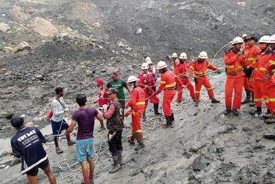 Phoe Htoo, jefe de un grupo de voluntarios trabajando sobre el terreno dijo que hay un pedazo de tierra cerca del lugar del suceso que podría colapsar en cualquier momento, por lo que cuanto más trabajan equipos de rescate, más aumentan los riesgos.