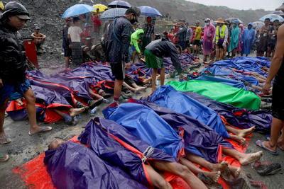 En abril del año pasado, al menos 54 personas murieron a causa de un corrimiento de tierras en otro punto del complejo minero de Hpakant, localizada a unos 800 kilómetros al norte de la capital, Naipyidó.