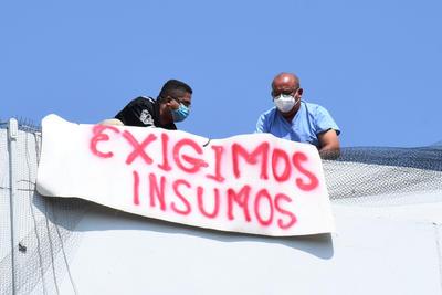 'Exigimos insumos', 'Respeto a la autonomía sindical', 'Fuera director, fuera doctora Díaz, fuera jefa de Recursos Humanos', 'Exigimos equipo de protección para laboral' y 'No represión ni hostigamiento'.