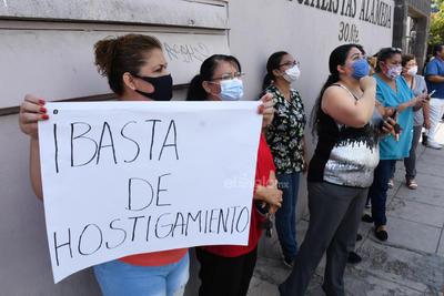 Esto mientras otro grupo de trabajadores entre médicos, camilleros, administrativos y de enfermería espera a las afueras de la clínica.