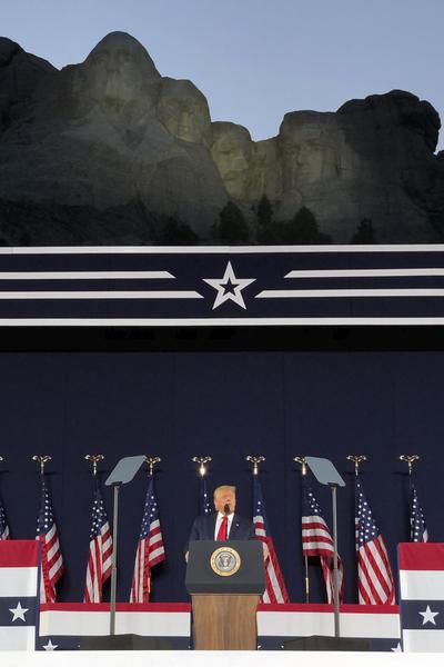 El Monte Rushmore será para siempre como un tributo eterno a nuestros antepasados ??y nuestra libertad, declaró Trump desde una tarima decorada con banderas estadounidenses y que tenía como telón de fondo el imponente monumento en la montaña.