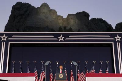 El presidente de Estados Unidos, Donald Trump, inauguró este viernes la celebración del Día de la Independencia con un acto en el Monte Rushmore, famoso por los rostros de cuatro exmandatarios tallados sobre la montaña, en el que defendió los monumentos del país, cuando ha cobrado fuerza un debate sobre su significado y el racismo.