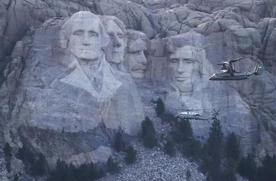 La famosa ladera de Dakota del Sur donde están esculpidos los rostros de los expresidentes George Washington (1789-1797), Thomas Jefferson (1801-1809), Abraham Lincoln (1861-1865) y Theodore Roosevelt (1901-1909) es para miles de indígenas estadounidenses un lugar sagrado en el que tallaron los rostros de sus 'colonizadores'.