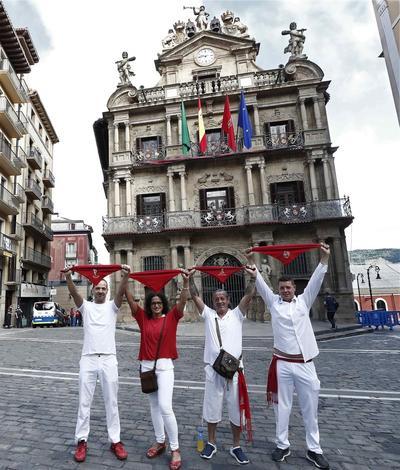 Aún así, algunos habitantes vistieron prendas blancas y el tradicional pañuelo rojo.