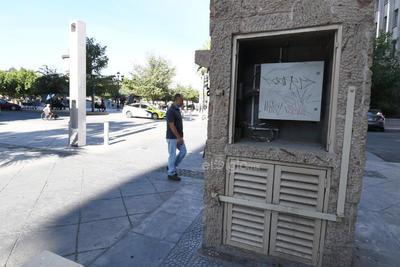 """Marcan territorio. Ya sea con aerosol, marcadores o pintura para zapatos, los """"grafiteros"""" utilizan cualquier lugar para plasmar sus mensajes; hay quienes afirman que los realizan para marcar sus territorios."""