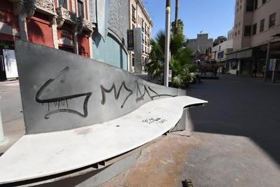 En bancas. También se encuentran rayadas las bancas que se colocaron por la calle Cepeda, en el espacio conocido como Corredor Arocena.