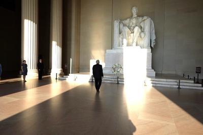 Esta mañana, como primer acto, el mandatario colocó una ofrenda ante el monumento a Abraham Lincoln.