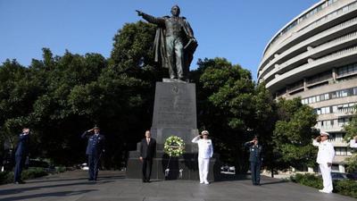 El Ejecutivo federal mexicano depositó una ofrenda y entonó el Himno Nacional.