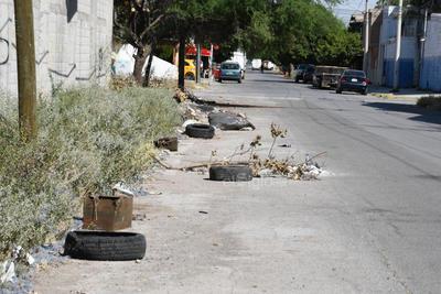 Obstrucción. En algunas calles no hay espacio para el tránsito de los peatones, poniendo en riesgo sus vidas al caminar por la carretera; las banquetas son utilizadas como tiraderos de basura, escombro y hasta llantas.