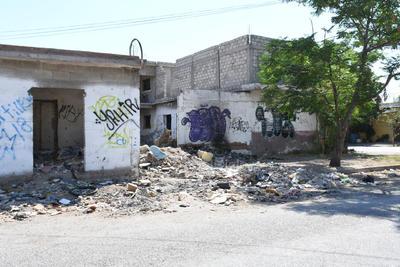 Proliferan las viviendas abandonadas. Imágenes como la que se muestra en la gráfica se pueden observar en esta colonia, decenas de casas abandonadas usadas de refugio y tiraderos.