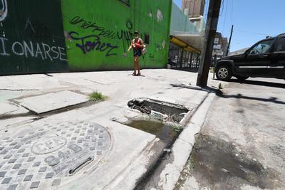 En peligro. No es inusual encontrar en el primer cuadro de Torreón algunos registros con tapas dañadas, o bien, sin tapa alguna, situación que genera peligros y problemas sanitarios en los alrededores.