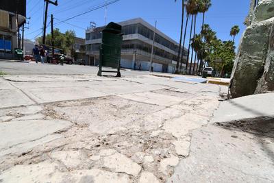 Mal estado. En general las banquetas del primer cuadro de Torreón lucen con grietas, hoyancos y grava suelta; ponen en riesgo a los peatones.