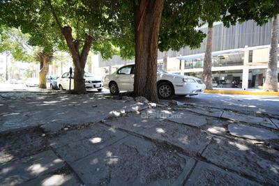 Avenida Morelos, sin piso parejo rumbo al poniente. Banquetas de la avenida Morelos lucen daños y desniveles, principalmente de la Valdés Carrillo hasta la calle Múzquiz, en el tramo poniente.