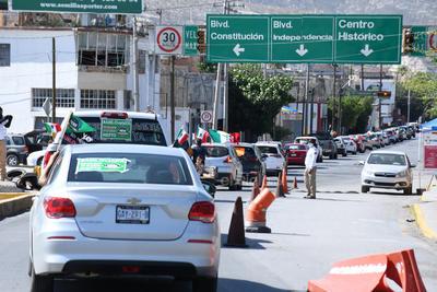 Los vehículos en que se trasladaban, también tenían mensajes con reclamos a López Obrador.