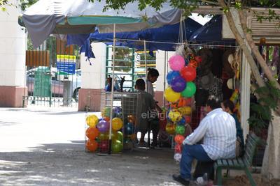 Salen a convivir. Hay personas que los fines de semana acuden al Bosque Venustiano Carranza para pasar un rato de esparcimiento para las familias, incluso se observan vendedores ambulantes.