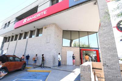 Vigilancia y ordenamiento fuera de las sucursales. Ahora los bancos deben colaborar para que no se registren aglomeraciones de clientes en las banquetas aledañas a sus instalaciones en La Laguna.