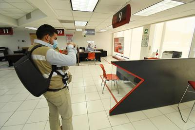 Evidencia. Inspectores tomaron imágenes de la distribución del mobiliario y las áreas de paso entre clientes y personal de cada sucursal.