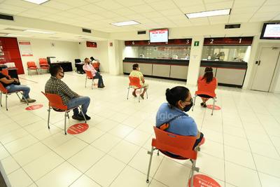 Distancia social. Las sillas para la espera de turnos deben tener la distancia social adecuada de al menos 1.5 metros. Una vez que se desocupan, deben sanitizarse nuevamente para el siguiente cliente.