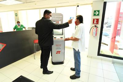 Revisiones. A todos los clientes que ingresen a las sucursales bancarias de La Laguna se les debe realizar una toma de temperatura mediante termómetro infrarrojo, es una medida obligatoria.