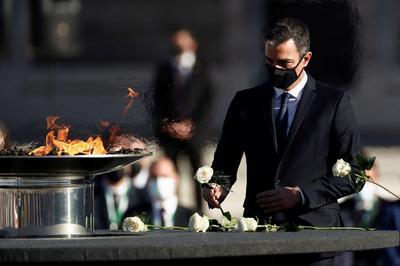 Se encendió un pebetero en su memoria.