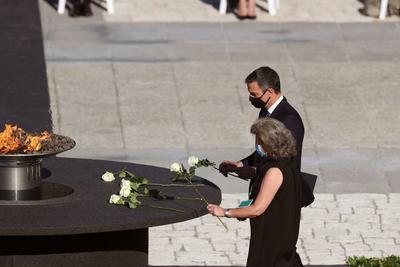Con rosas blancas, honraron su memoria.
