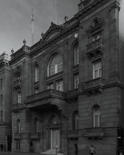 Ante esto, Mauricio diseñó la muestra fotográfica Líneas del progreso, donde a través de más de 30 imágenes en blanco y negro exploró seis estilos arquitectónicos que se afincaron en La Laguna.