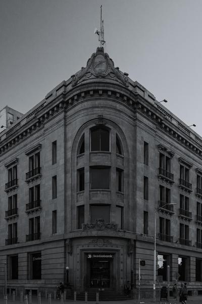 También menciona que existen muchas viejas construcciones de ladrillos, levantadas entre 1890 y 1910, que han sido víctimas del olvido. Se trata de una técnica autóctona, pues el mismo ladrillo se fabricaba en hornos de la región.