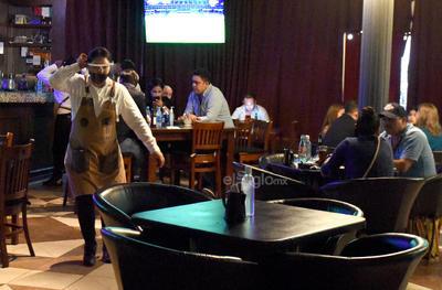 Vuelven a trabajar. Los trabajadores de los bares y restaurantes dijeron que para ellos es un gran paso retomar sus actividades, pues fue un gran golpe los cuatros meses que permanecieron cerrados. Son muchas las familias que directa o indirectamente dependen de ese tipo de negocios.
