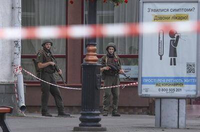 El autobús, con la cortinas echadas, se encuentra en la plaza del Teatro de Lutsk, que ha sido rodeada por efectivos policiales.