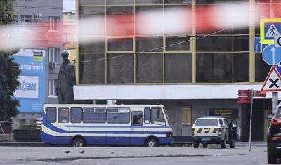 El secuestrador lanzó primero una granada y posteriormente disparó varias veces contra un dron del SBU y luego lanzó presumiblemente un petardo.