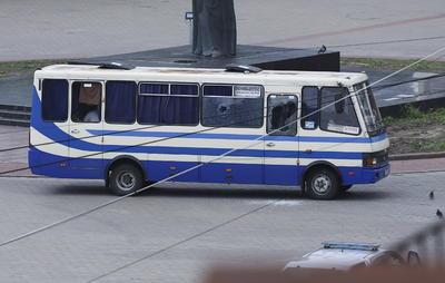 El jefe del departamento regional de la Policía Nacional, Yuriy Kroshko, dijo que el atacante amenaza a los rehenes con un arma de fuego y un dispositivo explosivo.