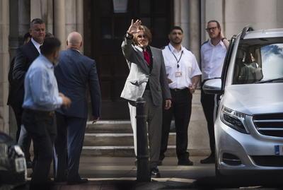 En el Tribunal Supremo en Londres, la abogada de Depp, Eleanor Laws, buscó mostrar a través de una serie de videos de un elevador en el edificio donde la pareja vivió en Los Ángeles que Heard inventó sus lesiones como resultado de un incidente el 21 de mayo de 2016 que terminó cuando la policía acudió a la escena. Laws también se preguntó por qué otros en el edificio no notaron las lesiones los días siguientes.