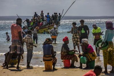 Pasajeros y carga a bordo de un bote desde una playa de pescadores que se ha convertido en uno de los principales puntos de llegada de personas desplazadas, que huyen de la violencia armada en la provincia de Cabo Delgado, en el distrito de Paquitequete. de Pemba, en el norte de Mozambique.