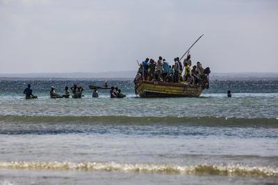 Pasajeros y carga a bordo de un bote desde una playa de pescadores que se ha convertido en uno de los principales puntos de llegada de personas desplazadas que huyen de la violencia armada en la provincia de Cabo Delgado, en el distrito de Paquitequete. de Pemba, en el norte de Mozambique
