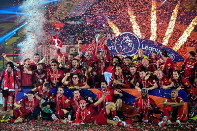 Liverpool (Reino Unido), 22/07 / 2020.- El equipo de Liverpool posa con el trofeo de la Premier League luego del partido de fútbol de la Premier League inglesa entre el Liverpool FC y el Chelsea FC en Liverpool, Gran Bretaña.