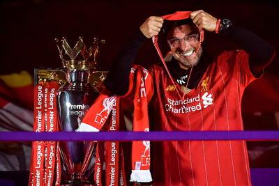 Liverpool (Reino Unido), 22/07 / 2020.- El entrenador en jefe del Liverpool, Juergen Klopp, recibe su medalla junto al trofeo mientras celebra el título de la Premier League 2020 luego del partido de fútbol de la Premier League inglesa entre el Liverpool FC y el Chelsea FC en Liverpool.