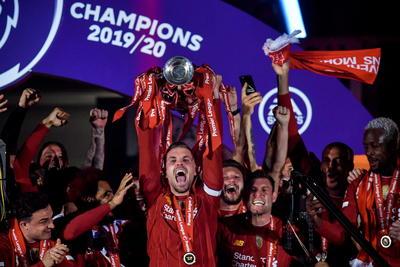 Liverpool (Reino Unido), 22/07 / 2020.- Jordan Henderson de Liverpool levanta el trofeo de la Premier League después del partido de fútbol de la Premier League inglesa entre el Liverpool FC y el Chelsea FC en Liverpool, Gran Bretaña.