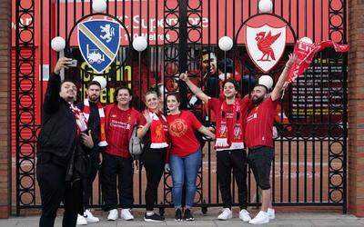 Afición del Liverpool olvida la pandemia en celebración