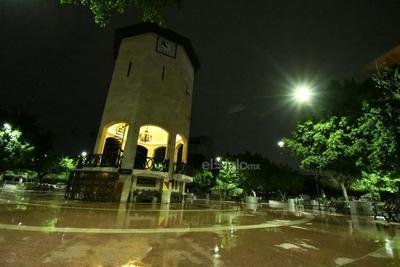 Lluvia ilumina de reflejos las calles de La Laguna