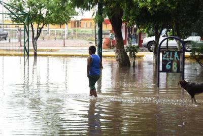 Sin paso. Calles y plazas quedaron cubiertas de agua en varias colonias de la ciudad, dificultando el paso de los habitantes de Matamoros.