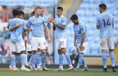 El Manchester United, por su parte, confirmó la caída del Leicester City, que volvió del parón luchando por la segunda plaza y al final se ha tenido que conformar con la Europa League.