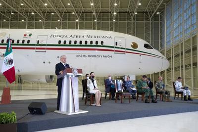 López Obrador encabezó su conferencia matutina con la aeronave de fondo.