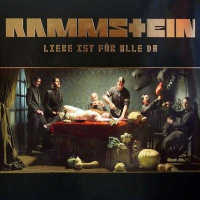 LIEBE IST FÜR ALLE DA:  Los alemanes de Rammstein editaron el disco donde se vislumbra el ataque a una chica. Se dijo que era la diosa Venus, pero en 2009 fue incluido por el Ministerio Alemán de Protección a la Juventud como material peligroso, pues suponía una representación para jóvenes sadomasoquistas.