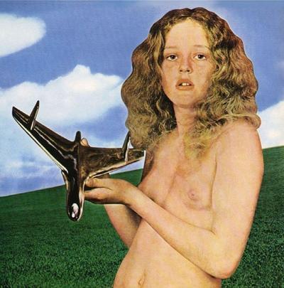 BLIND FAITH: El grupo integrado por Eric Clapton y Steve Winwood sacó su único álbum con una presunta adolescente desnuda, sosteniendo un avión, que fue entendido como mensaje sexual. Era 1969 y el disco alcanzó grandes ventas.