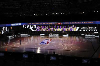 Jugadores se arrodillan durante el Himno en el regreso de la NBA